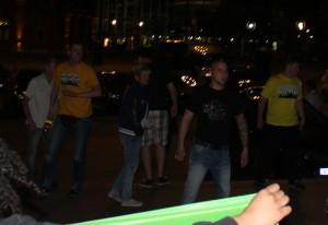 Lukas Bals  (gelbes Shirt, links) mit schlagbereiter Flasche.