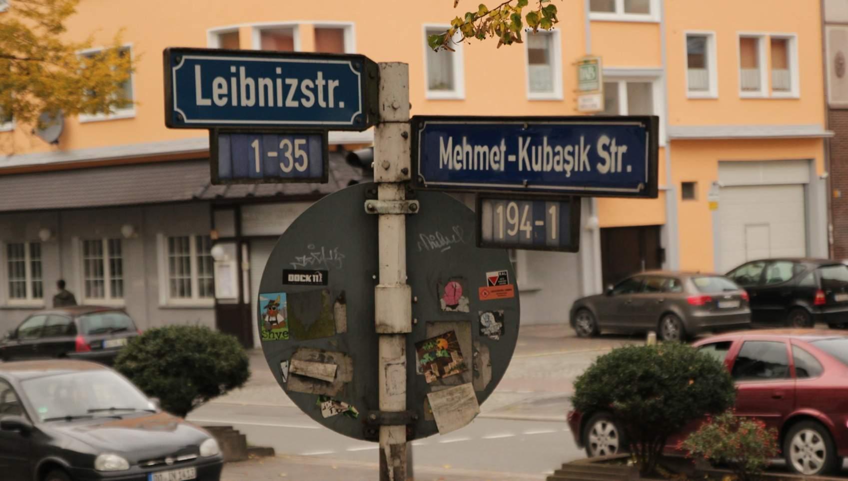 Straßenschild Leibnizstraße/Mehmet-Kubasik-Straße nach Straßenumbenennung