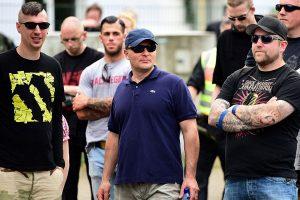 Robin Schmiemann (links) und William Browning (mitte) von Combat 18 auf einer Demonstration