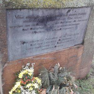 """Mahnmal in Gedenken an die aus Dortmund deportierten Sinti:zze und Rom:nja. Inschrift: """"Zu ehrenden Gedenken an die Ermordeten und den Lebenden zur Mahnung, stets rechtzeitig der Unmenschlichkeit entgegenzutreten."""""""