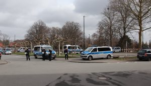 Die Polizei sperrt den Parkplatz am Hoeschpark