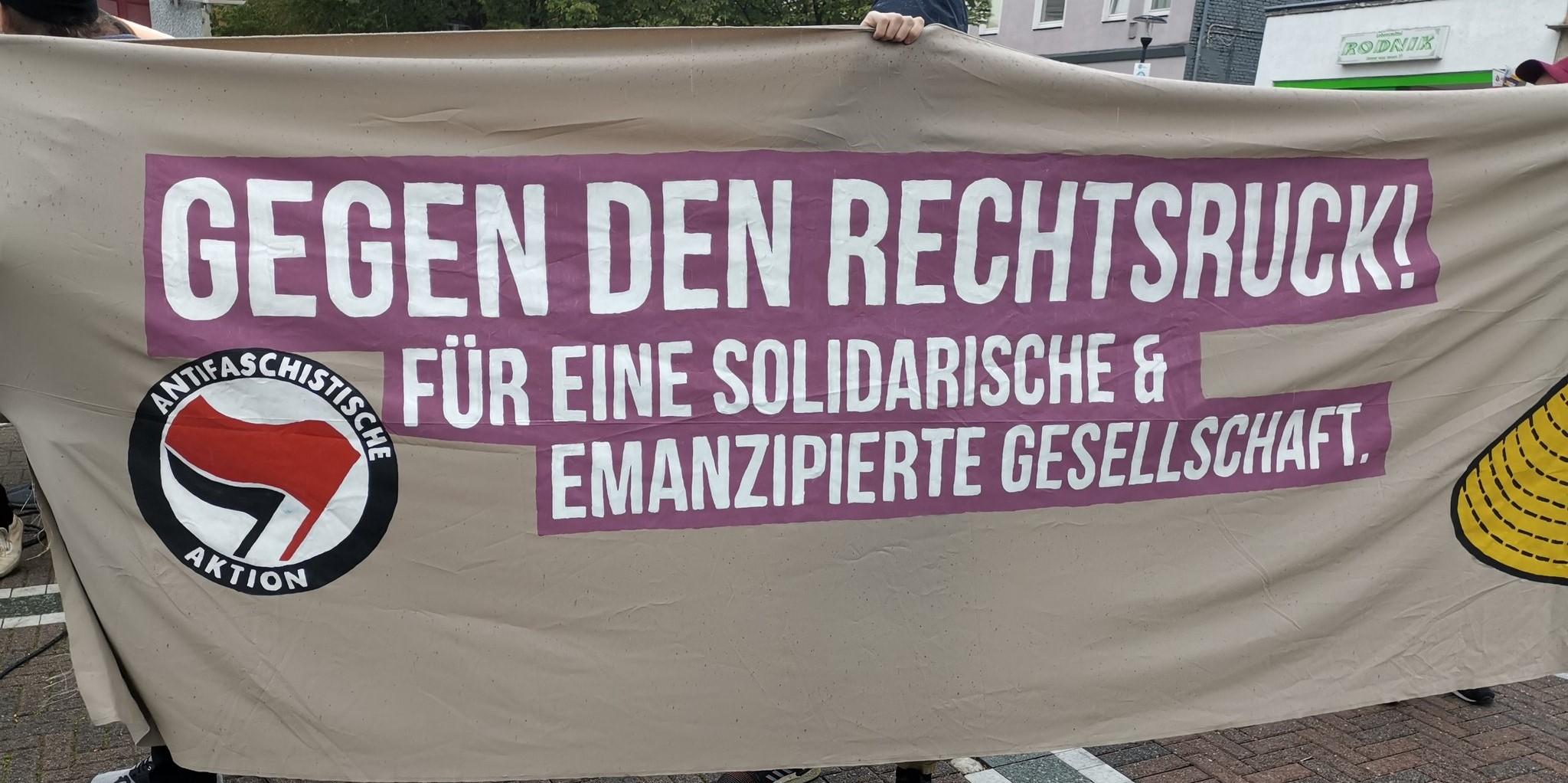 """Transparent mit Aufschrift """"Gegen den Rechtsruck! Für eine solidarische & emanzipierte Gesellschaft"""""""